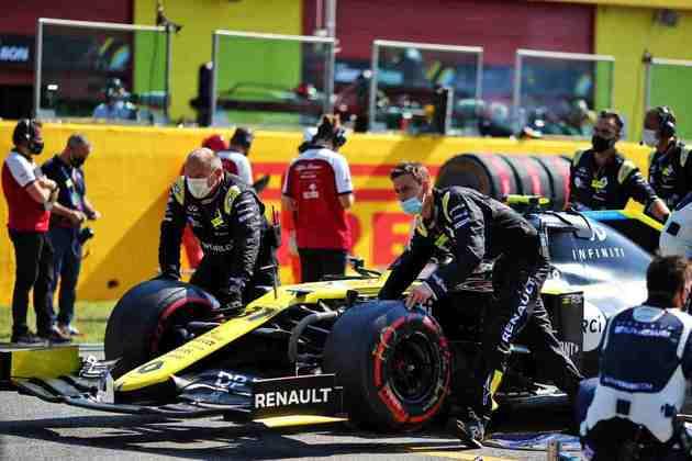 O carro de Esteban Ocon é levado do grid em Mugello. Francês voltou a abandonar uma corrida em 2020