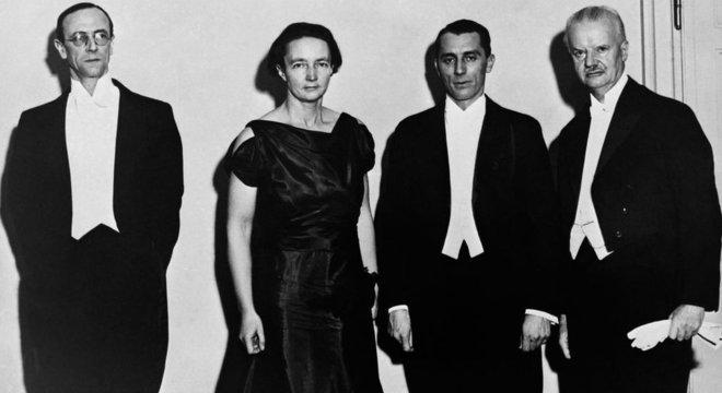 O casal Joliot-Curie, ao centro, junto a outros vencedores do Prêmio Nobel de 1935