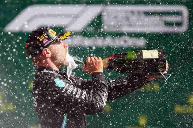 O champanhe do vitorioso - melhor sem a máscara, né?