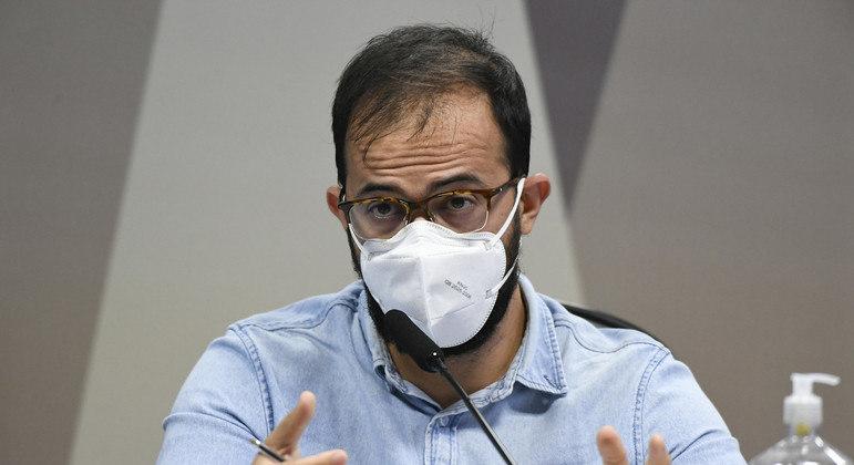 O chefe de importação do Departamento de Logística do Ministério da Saúde, Luis Ricardo Miranda, depõe à CPI