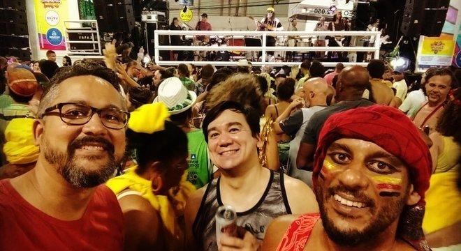 O cineasta Mateus Damasceno (à direita) também assistiu ao show: 'Moraes na Castro Alves faz levitar os deuses do Carnaval', disse
