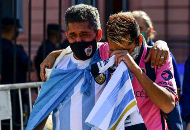 O clima de tristeza predomina entre os torcedores que foram se despedir do craque.