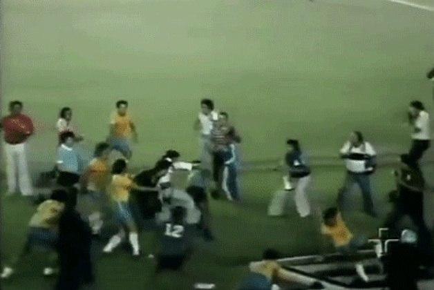 O clima esquentou no confronto entre Brasil e Uruguai, pela Taça do Atlântico, em 1976.