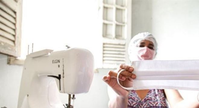 O coletivo é composto por 17 mulheres que chegam a produzir diariamente 100 máscaras