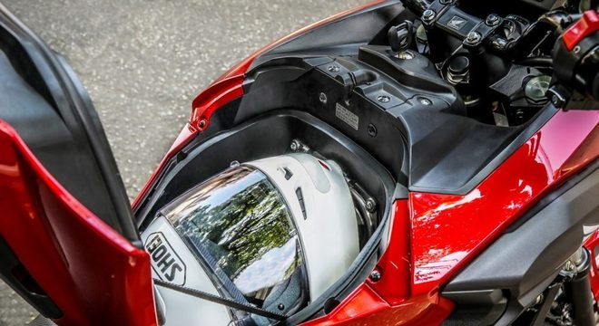 O compartimento pode guardar um capacete fechado e outros objetos / Divulgação