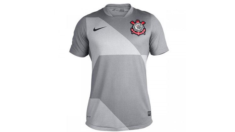 O concreto paulista deu tons cinzas à camisa 3 do Corinthians no ano de 2012, lançado após o título da Libertadores.