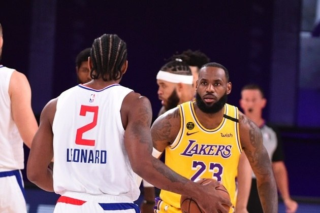 O confronto mais esperado da noite tinha, até o início do jogo, Kawhi Leonard (Los Angeles Clippers) e LeBron James (Los Angeles Lakers) como protagonistas. No entanto, Leonard teve um primeiro tempo apagado, enquanto LeBron errou muito no ataque. Brilharam Anthony Davis (Lakers) e Paul George (Clippers)