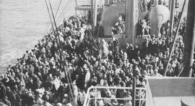 O navio, destinado a transportar cargas, estava amontoado de pessoas