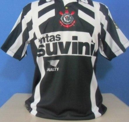 O Corinthians apostou em uniforme alternativo em 1996, ano no qual a equipe disputou a Copa Libertadores. Além de variar o estilo da camisa...