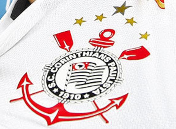 O Corinthians começou a montar uma constelação no uniforme a partir dos anos 90. As 3 estrelas douradas menores comemoram os títulos de campeão brasileiro obtidos em 1990, 1998 e 1999. Acima delas, uma estrela também dourada, mas um pouco maior, simboliza a conquista do Mundial de Clubes da Fifa, em 2000. Porém, o clube não utiliza mais  os adereços.