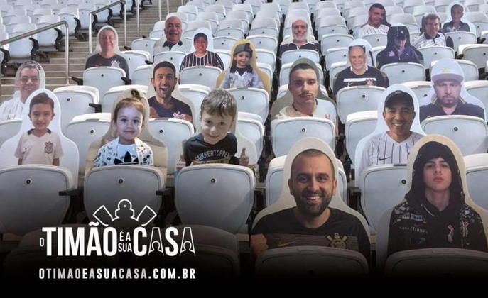 O Corinthians lançou a ação 'O Timão é a sua casa', que levará ao estádio a aplicação de fotos de torcedores em um bandeirão e em totens personalizados distribuídos nas cadeiras. É uma forma de a torcida estar mais perto quando os jogos forem retomados