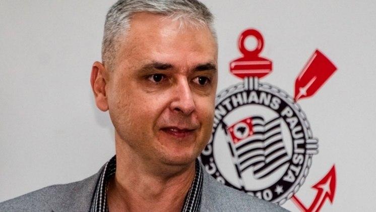 O Corinthians tirou Tiago Nunes do Athletico para ser o seu novo técnico em 2020 e mudar a postura do time, porém após sete meses de trabalho, Tiago deu lugar a Coelho, que assumiu o comando técnico interinamente.