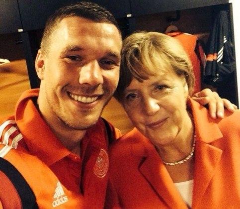 O craque alemão é um dos jogadores mais assíduos no twitter. No início da Copa do Mundo de 2014, ele disse que gostaria de tirar uma foto ao lado da primeira-ministra do país, Angela Merkel. Ao conseguir, o craque postou em sua rede social e mostrou aos  seguidores a selfie ao lado da governante alemã.