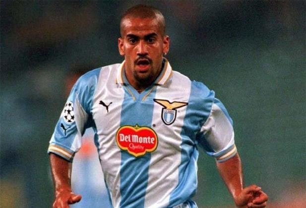 O craque da seleção argentina Verón passou pelo Chelsea sem deixar saudades. Custou 21 milhões de euros (hoje seria cerca de R$ 133 milhões) e atuou apenas 14 vezes.