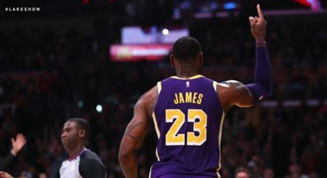 O craque do basquete acabou decidindo esperar pelo retorno da NBA, é claro, mas ele contou que mandou emoldurar a oferta de contrato de Jerry Jones