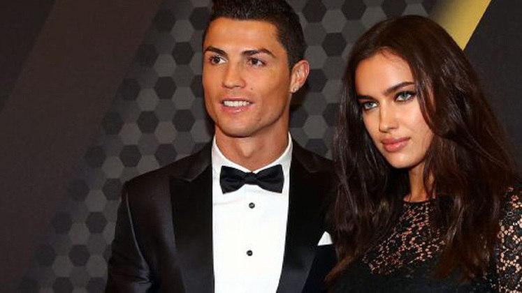 O craque português Cristiano Ronaldo namorou a modelo russa Irina Shayk por cinco anos. Eles terminaram em 2015