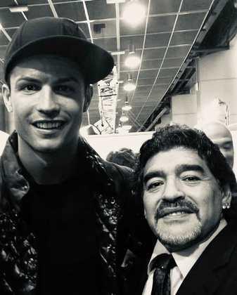 O craque português Cristiano Ronaldo também se solidarizou e se despediu de Maradona:
