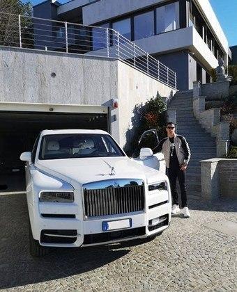 O craque também tem em sua garagem um Rolls-Royce Cullinan, primeiro SUV da marca e tem um motor 6.75 V12 biturbo. No Brasil, custa R$ 4,6 milhões.