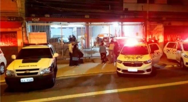 O crime ocorreu no interior de uma oficina de funilaria na avenida Águia de Haia