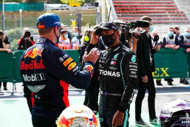 O cumprimento entre líder e vice-líder do campeonato após a classificação na Bélgica (Foto: Getty Images/Red Bull Content Pool)