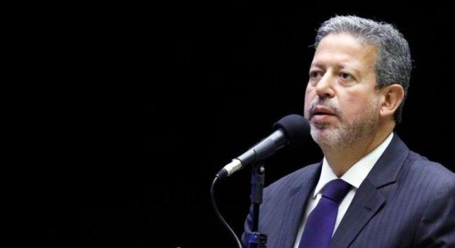 Arthur Lira faz campanha junto aos deputados prometendo distribuir nacos de poder — inclusive na definição da pauta de votações