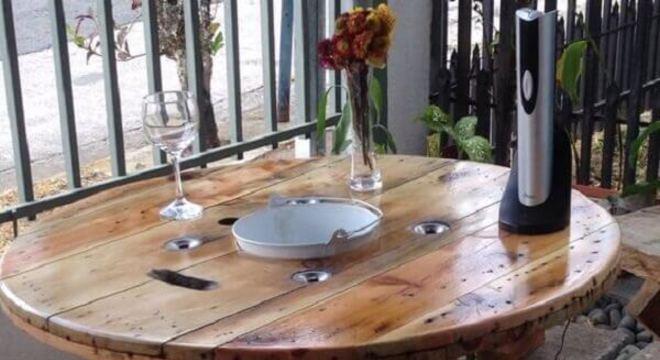 O design desse carretel de madeira permite armazenar garrafas de vinho