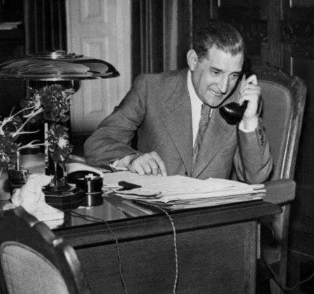 O ditador português Antonio Salazar morreu aos 81 anos. Ele estava afastado do poder desde 1968, mas seus ideias prosseguiam em Portugal.