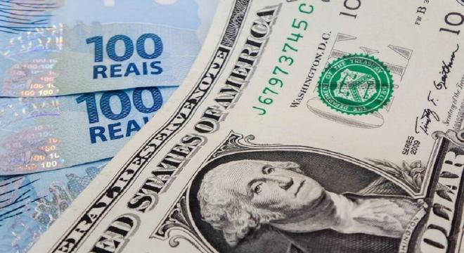 Dólar operava em queda nesta terça-feira (15)