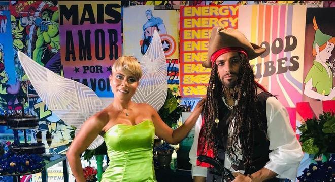 O dono da festa se inspirou. Diego usou uma fantasia de Jack Sparrow, enquanto sua esposa incorporou a personagem Sininho.