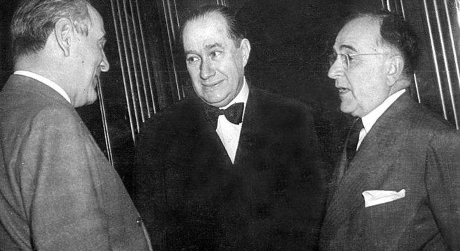 Oswaldo Aranha (esq.), o embaixador Souza Dantas e Getúlio Vargas (dir.)