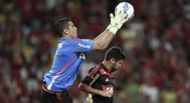 O empate por 2 a 2 entre Flamengo e Sport, em 2015, contou com uma cena curiosa no fim da partida. Já nos últimos minutos, Magrão sentiu uma forte dor no ombro e deixou o camp