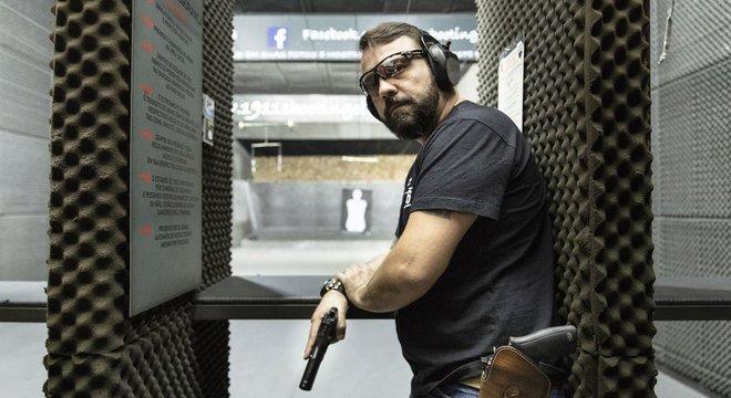 O empresário André Luiz Nobre tem seis armas e atira esportivamente no clube do tiro 1911, em São Paulo