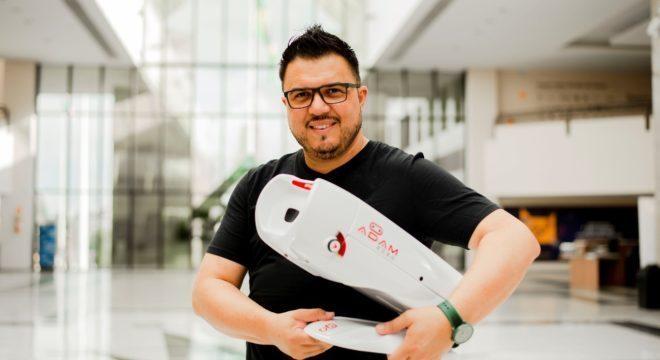 O empresário Juliano Santos, criador do Adam Robô - Foto: Divulgação