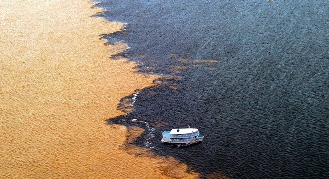 Manaus fica às margens dos rios Negro e Solimões. A atmosfera na Bacia Amazônica, diferentemente da de Manaus, é uma das mais limpas do mundo