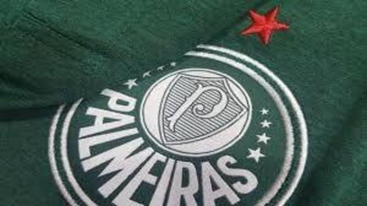O escudo do Palmeiras trás, além da estrela vermelha, recém-colocada acima do logo do clube, representando a Taça Rio de 1951, oito estrelas para comemorar o mês de fundação do clube (agosto).