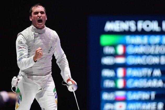 O esgrimista Guilherme Toldo estreou com derrota na Olimpíada de Tóquio. O brasileiro foi derrotado pelo japonês Toshiya Saito no florete individual e foi eliminado ao perder por 15 a 10.