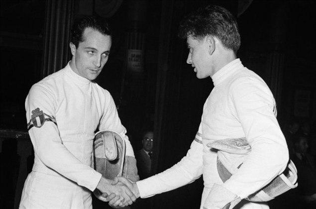 O esgrimista italiano Edoardo Mangiarotti obteve 13 medalhas olímpicas em cinco edições entre 1936, em Berlim, e 1960, em Roma. É o atleta da Itália com mais honrarias olímpicas.
