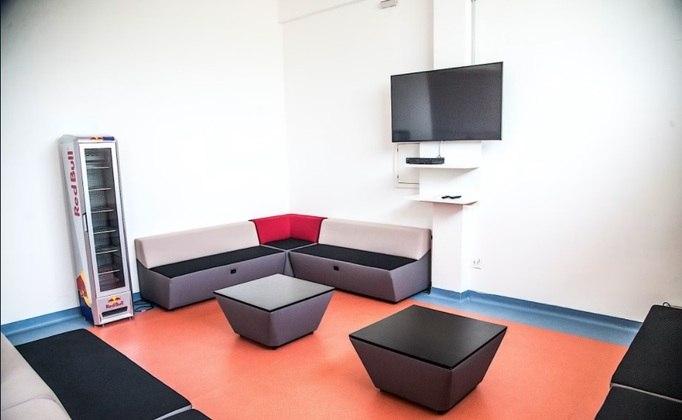 O espaço conta com sofás, TV, mesas, além de uma academia.
