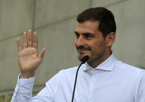 O espanhol Iker Casillas, de 39 anos, se despediu dos gramados oficialmente na última terça-feira. O agora ex-goleiro anunciou aposentadoria e recebeu diversas homenagens. Por conta disso, relembramos nesta galeria 15 momentos e curiosidades da carreira do craque. Confira!