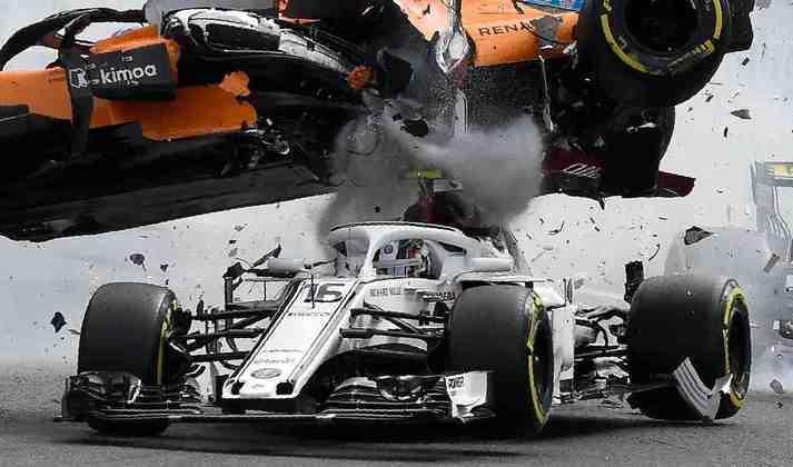 O espanhol passou por cima do carro de Charles Leclerc - o halo salvou o monegasco