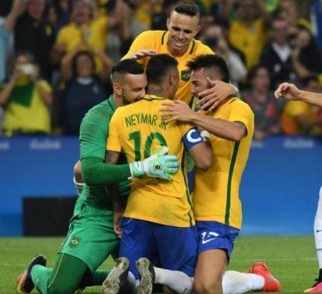 O esperado ouro olímpico no futebol masculino foi conquistado no Maracanã. Após golear Honduras por 6 a 0 na semifinal, o estádio abrigou uma final dramática da Seleção contra a Alemanha. No tempo normal, empate em 1 a 1. Passada uma disputa de pênaltis eletrizante, Weverton brilhou para Neymar consolidar a inédita medalha no esporte.