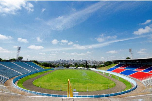 O Estádio do Café está localizado na cidade de Londrina, no Paraná, e foi inaugurado em agosto de 1976, ou seja, tem quase 44 anos de existência.