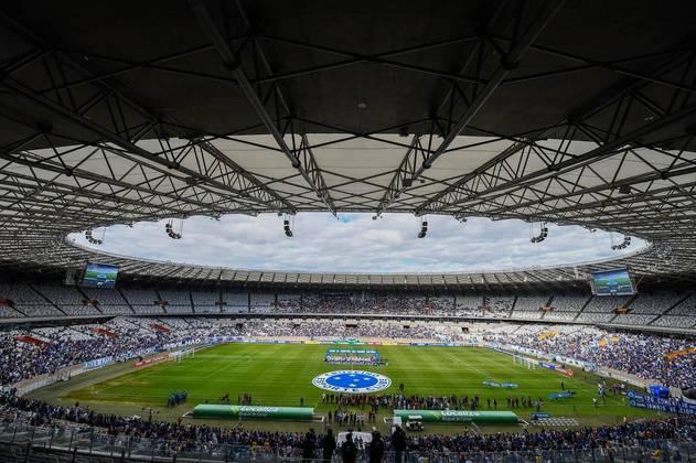O Estádio do Mineirão, localizado em Belo Horizonte e onde o Cruzeiro manda seus jogos, foi inaugurado em 1965, portanto, tem 54 anos (seu aniversário é em setembro). Já sediou finais de Libertadores e foi escolhido como uma das sedes da Copa de 2014 – o famoso 7 a 1 da Alemanha sobre a Seleção Brasileira aconteceu em seus gramados.