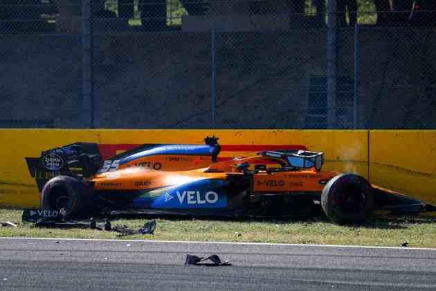 O estado do carro de Carlos Sainz após o acidente que gerou bandeira vermelha