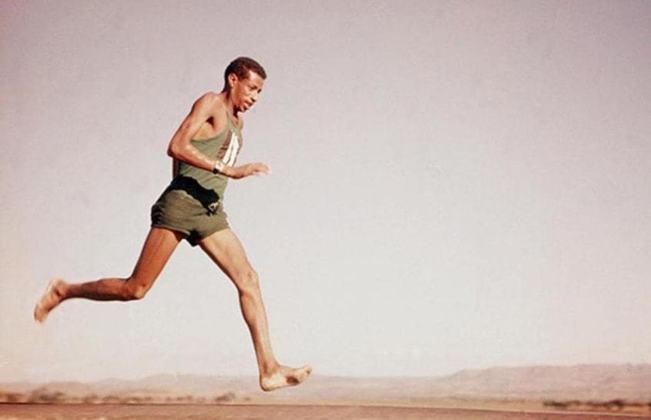O etíope Abebe Bikila foi o primeiro atleta africano a conquistar uma medalha de ouro olímpica e também o primeiro bicampeão da maratona nos Jogos: Roma-1960 e Tóquio-1964.