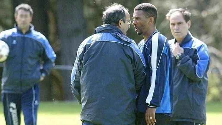 O ex-jogador e atual comentarista, Djalminha, protagonizou uma cena lamentável em 2002, quando vestia a camisa do La Coruña, da Espanha. Em um treino coletivo da equipe, foi marcado um pênalti contra o time dos reservas, em que estava o brasileiro. Irritado com a marcação, ele partiu para cima do treinador Javier Irureta e o agrediu com uma cabeçada. Naquela semana, Djalminha ficou de fora dos convocados de Felipão para a Copa do Mundo daquele ano.