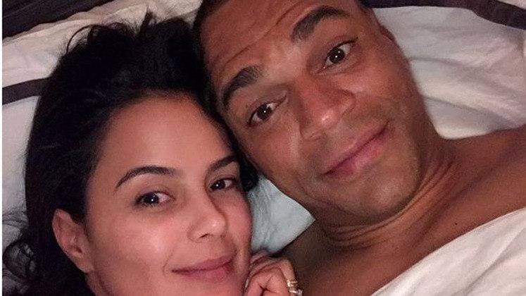 O ex-jogador e pentacampeão Denílson e a atriz Lucieli Di Camargo comemoram 10 anos de casados neste ano. O casal já tem dois filhos.