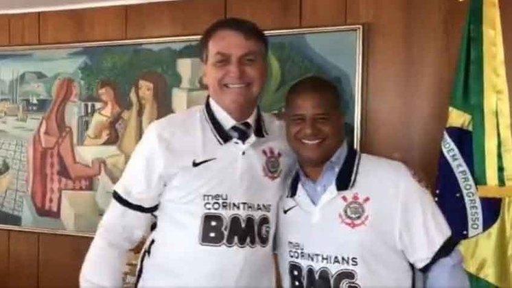 O ex-jogador Marcelinho Carioca criou uma polêmica nesta semana ao entregar uma camisa do Corinthians ao presidente Jair Bolsonaro sem o aval do clube e da patrocinadora. Em decorrência, ele, que era embaixador da parceria, acabou demitido.