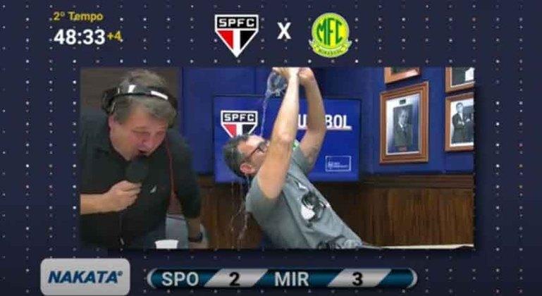 O ex-jogador Neto enlouqueceu com a eliminação do São Paulo para o Mirassol no Campeonato Paulista. Durante a transmissão no Youtube da Rádio Bandeirantes, o apresentador simplesmente virou uma garrafa de água na cabeça e tomou um banho ao vivo para comemorar a eliminação do rival.