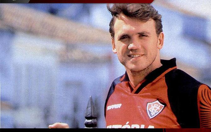 O ex-jogador sérvio Dejan Petkovic, ex-Flamengo e atualmente comentarista da Rede Globo, treinou o Vitória no ano de 2017. Antes disso ele já havia defendido o clube baiano como jogador. clube